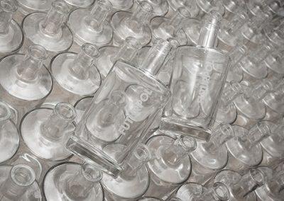 Gravírované logo na skleněné láhvi