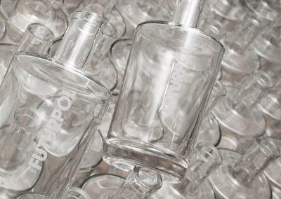 Gravírováné logo na skleněné láhvi - detail
