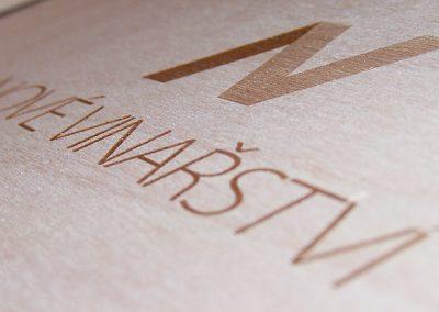 Laserovaný nápis na dřevě