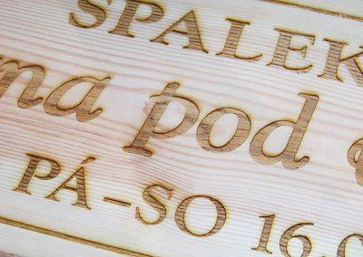 Laserový popis dřevěné cedule