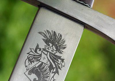 Meč s gravírovaným emblémem