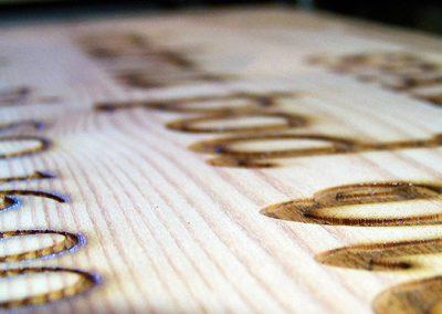 Detail laserem gravírovaných písmen
