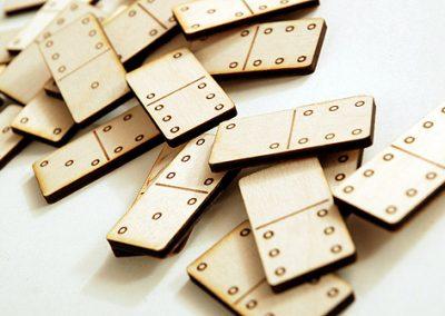 Domino z překližky řezané laserem