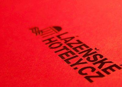 Písmena řezaná laserem do papíru