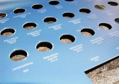 Laserový popis přístrojového plechu