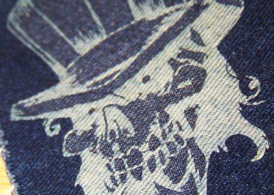 Gravírování do textilu - laserový popis rifloviny