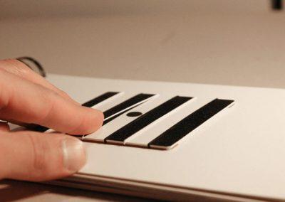 Slepecká kniha řezaná laserem
