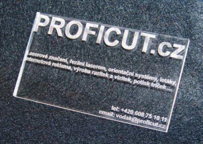 Štítek z plexiskla gravírovaný laserem