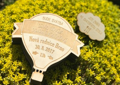 Svatební oznámení gravírované do dřeva